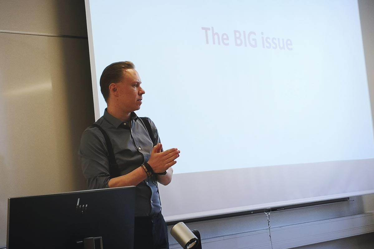 Antti Tolvanen kouluttamassa, XAMK, markkinoinnin taloudellinen mittaaminen